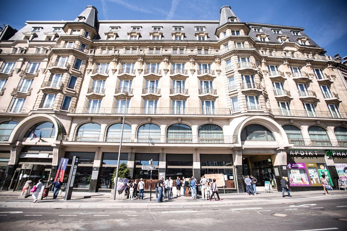 Devant l'hôtel Alfa, les passants, souvent venus de la gare sont restés relativement indifférents au sort des employés.