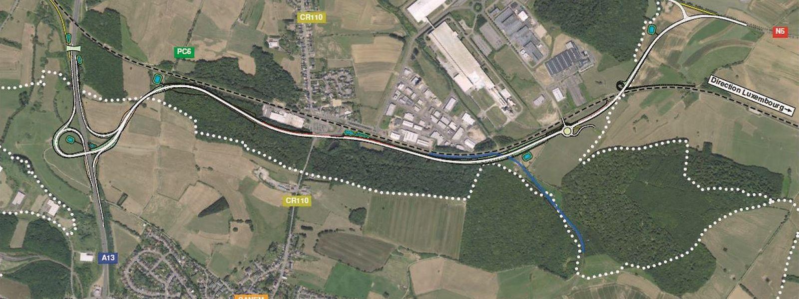 In Weiß ist die Umgehungsstraße Käerjeng zu erkennen, die von der A13 (links) entlang der Schienen und der Industriezone verläuft.