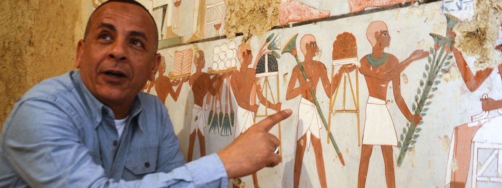 Mustafa al-Waziri, der Direktor der antiken Stätten in Luxor, vor einer neu entdeckten Wandmalerei.