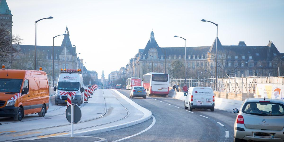 Der Verkehr läuft wieder auf dem Pont Adolphe.