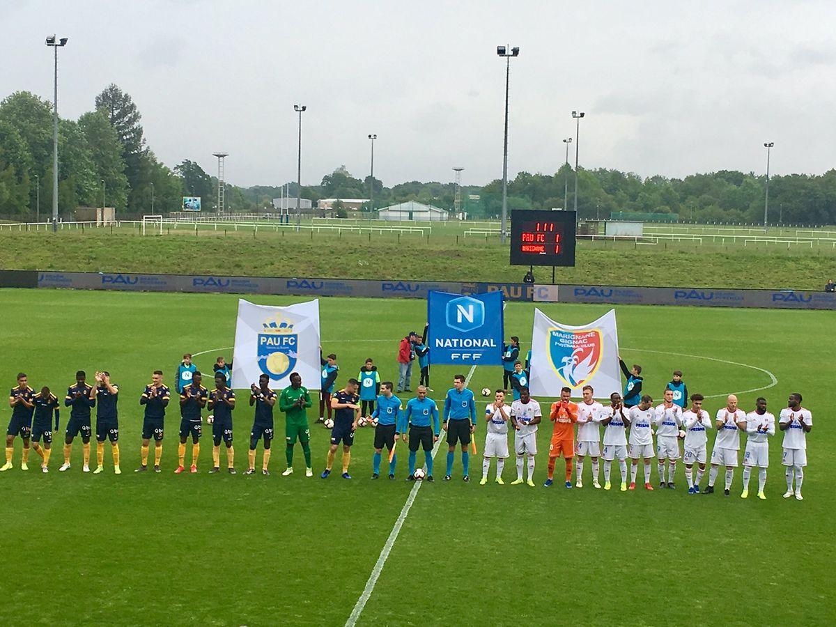 Les deux équipes (Pau, à g., en bleu) et Marignane Gignac (en blanc) avant le coup d'envoi