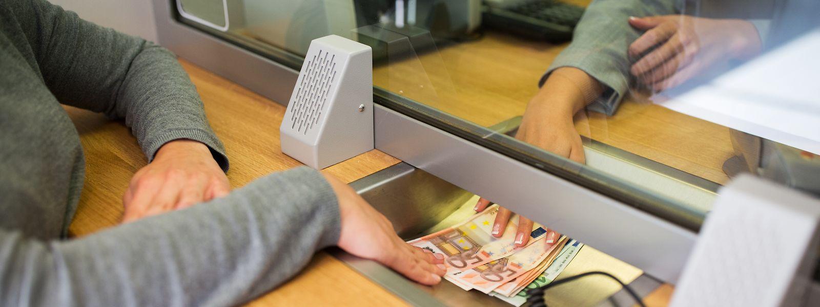 Viele Banken verlangen bei Barabhebungen am Schalter hohe Gebühren.