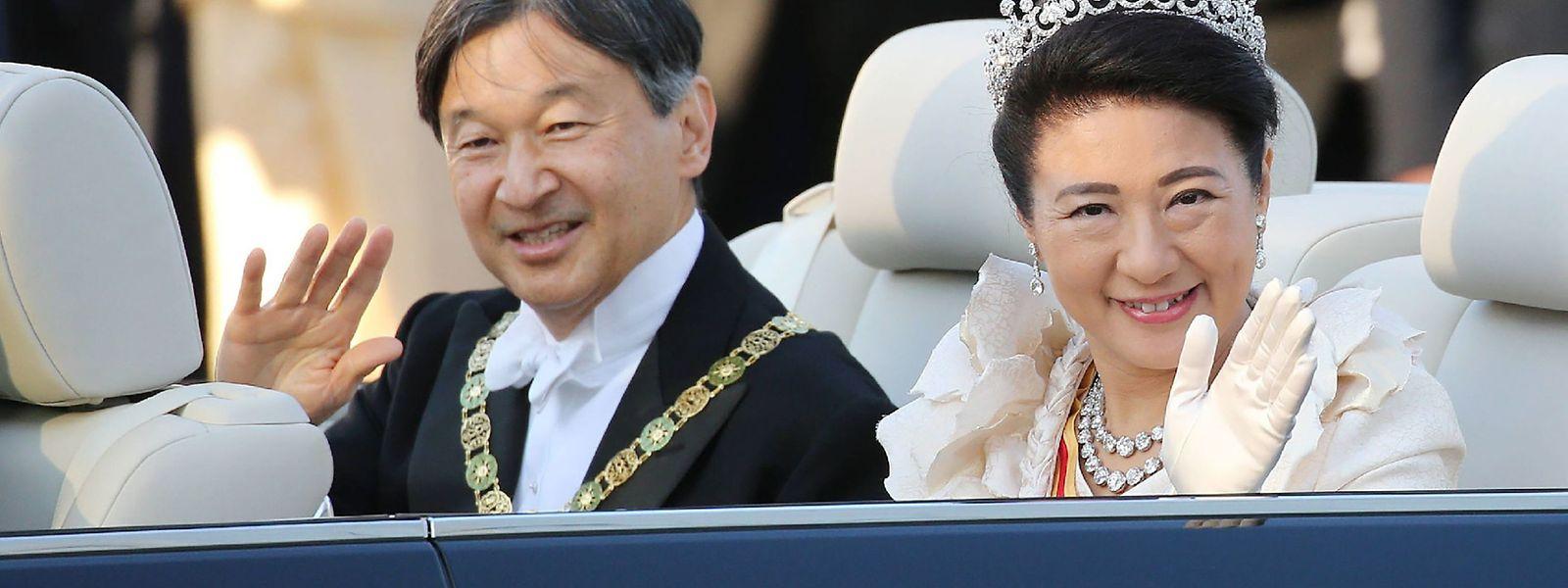 Kaiser Naruhito und seine Gemahlin Kaiserin Masako während der Parade.