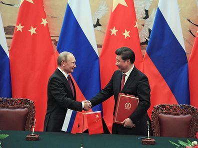 Chinese President Xi Jinping shakes hands with his Russian counterpart Vladimir Putin during a signing ceremony after their meeting in Beijing, China, June 25, 2016. Sputnik/Kremlin/Mikhail Klimentyev/via REUTERS ATTENTION EDITORS - THIS IMAGE WAS PROVIDED BY A THIRD PARTY. EDITORIAL USE ONLY.