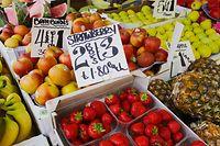 """ARCHIV - 24.06.2016, Großbritannien, London: Erdbeeren, Bananen, Ananas, Äpfel und anderes Obstsorten liegen an einem Obststand. Die Preise in britischen Pfund sind auf Schildern zu lesen. (Zu dpa """"«Zollbombe»: Handel warnt vor Folgen eines No-Deal-Brexits"""") Foto: Michael Kappeler/dpa +++ dpa-Bildfunk +++"""