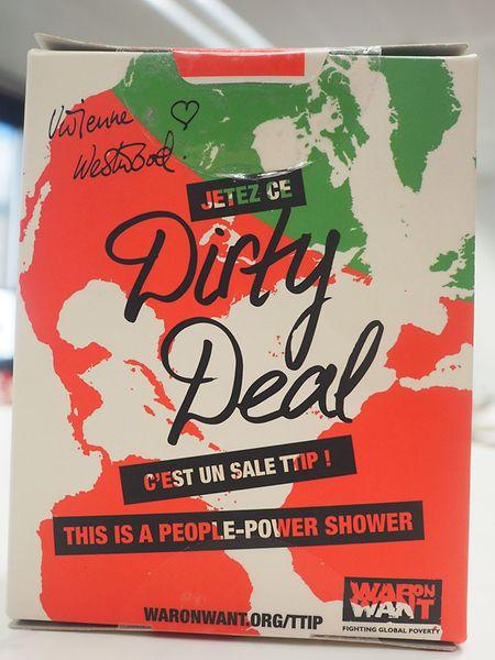 """Anti-TTIP-Aktion: Mit dem Duschpuder von Lush kann man sich den Dreck des """"Transatlantischen Freihandelabkommens"""" einfach abwaschen und damit die Initiative gegen TTIP unterstützen."""