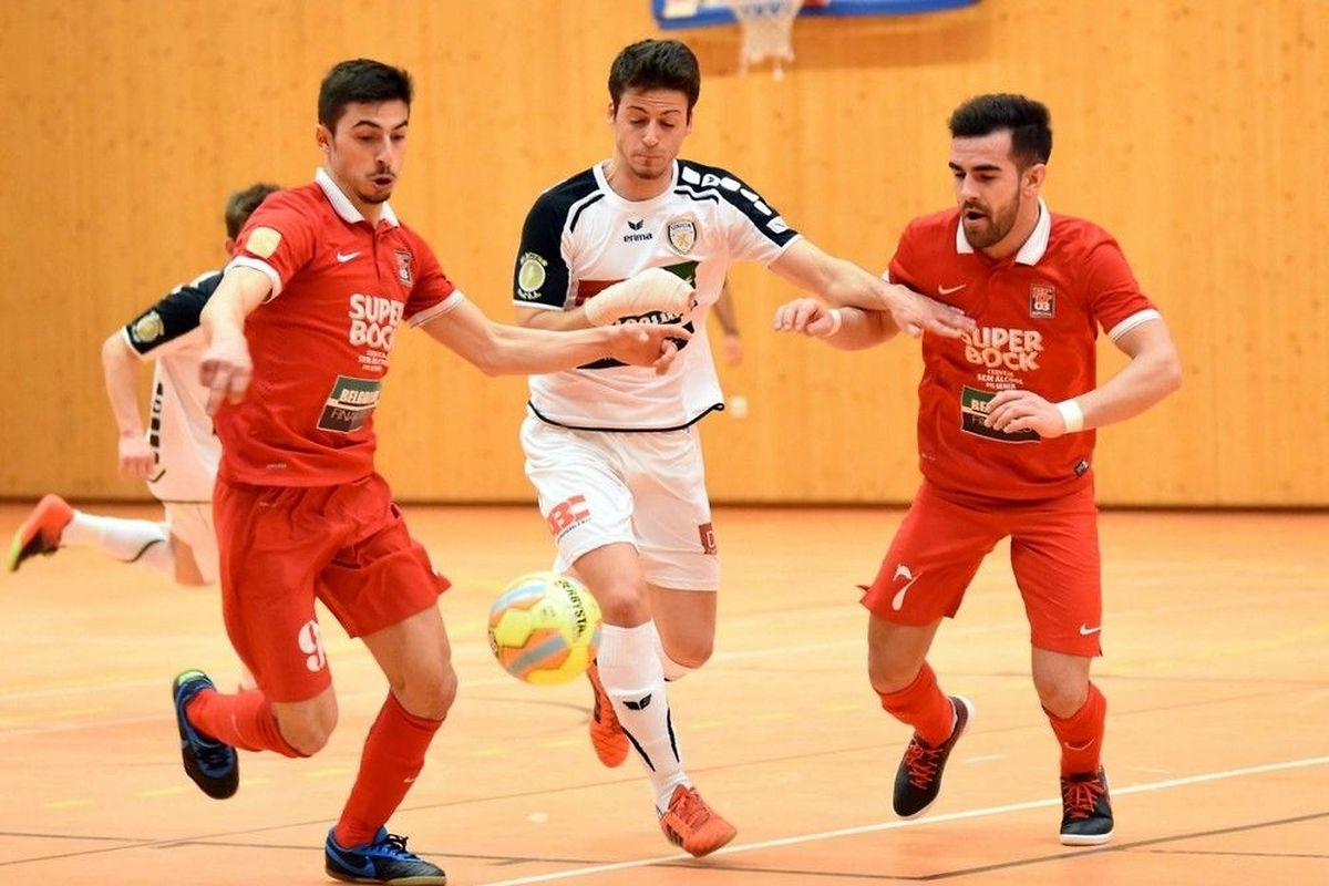 Filipe Sampaio, de l'Union Titus Pétange (en blanc) tente de s'infiltrer entre les Differdangeois Fabio Ferreira (à g.) et Daniel Vieira