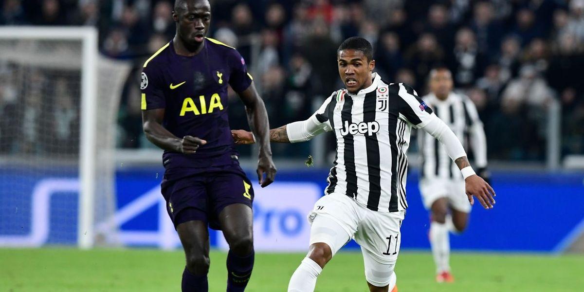 L'attaquant brésilien de la Juventus, Douglas Costa (à dr.) va au duel avec le défenseur colombien de Tottenham, Davinson Sanchez