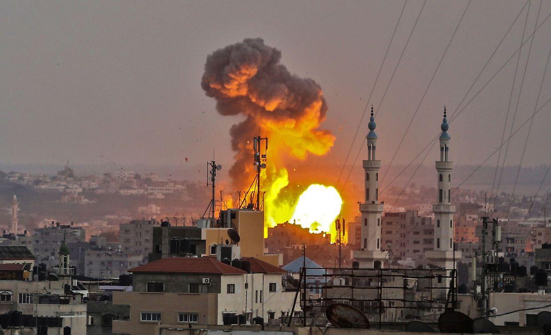 """Die israelische Armee bestätigte einen """"großflächigen Angriff israelischer Kampfjets gegen Hamas-Militärziele im gesamten Gazastreifen""""."""
