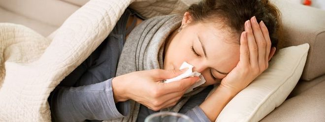 Symptome der Grippe sind Husten, hohes Fieber sowie Kopf- und Gliederschmerzen.