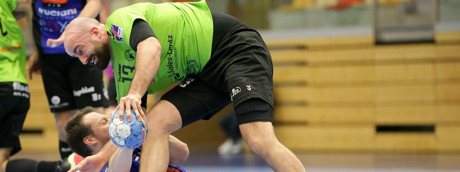 Düdelingens Dan Mauruschatt im Zweikampf mit Tommaso Cosanti (unten), der mit Käerjeng eine große Chance verpasst.