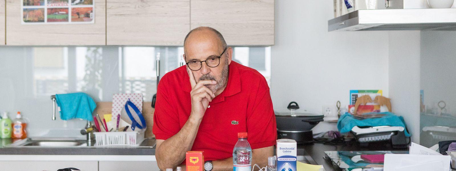 """Auf seiner Küchentheke stehen neben Kochgeräten und Arzneimitteln auch jede Menge Papierkram. """"Ich bin derzeit nämlich ein Stammkunde bei der Gesundheitskasse"""", witzelt der 70-jährige Rentner."""