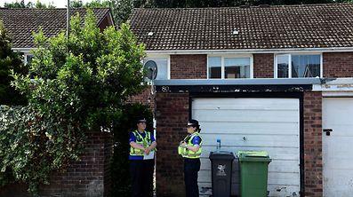 Polizeibeamten bewachten am Dienstag das Haus des Verdächtigen Darren O. in Cardiff.