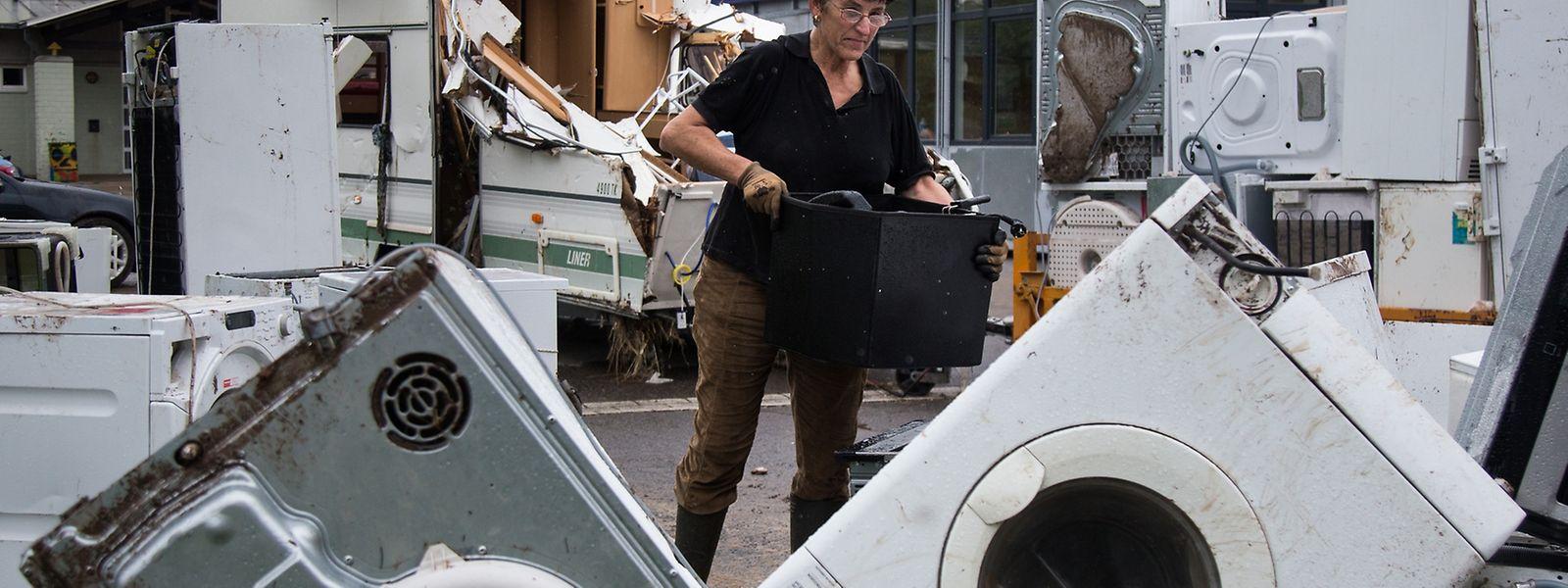Bevor Elektrogeräte weggeworfen werden, sollte man unbedingt ein Foto für die Versicherung davon machen.