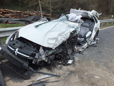 Der Unfallverursacher musste von den Rettungskräften aus dem Wagen befreit werden.