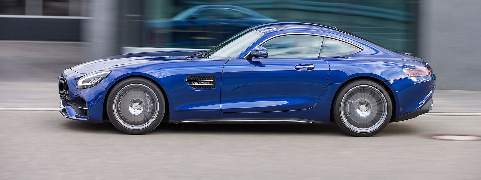 Mit seiner extrem flachen Silhouette verkörpert der Mercedes-AMG GT einen zweisitzigen Sportwagen par excellence.