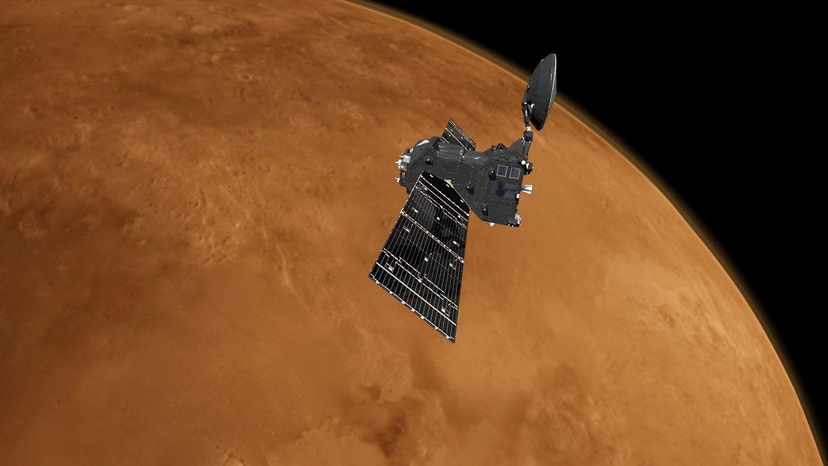 So könnte der ExoMars 2016 Trace Gas Orbiter aussehen, wenn er über die Marsoberfläche hinwegfliegt.