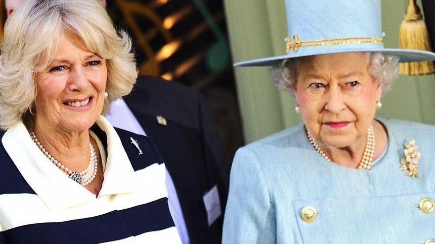 Herzogin Camilla (l) und Queen Elizabeth in London.