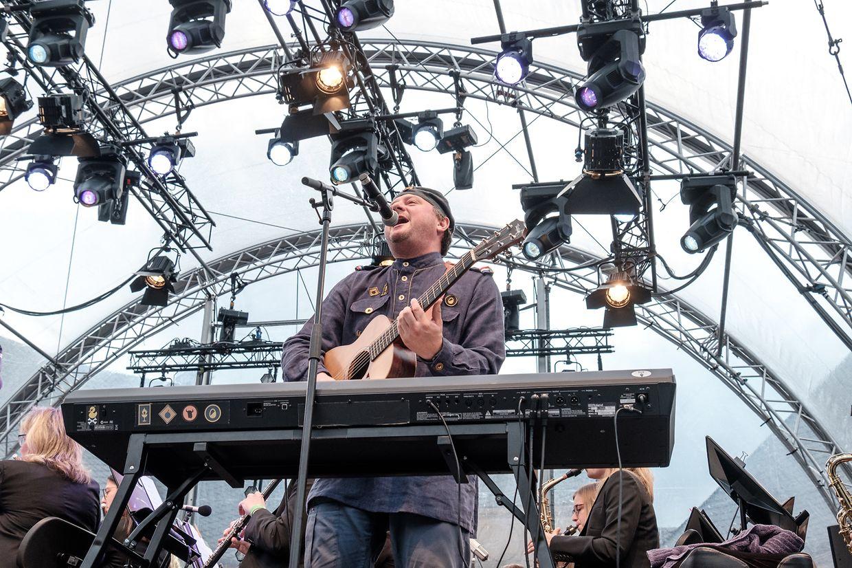 Serge Tonnar & Legotrip, zusammen mit der Harmonie Municipale Echternach und dem Schülerchor des Lycée Echternach, auf der Bühne des Echterlive Festivals.