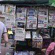 Gespannt verfolgen die Menschen in Athen die Pressemeldungen.