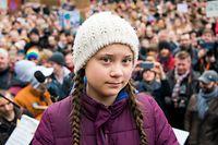 ARCHIV - 01.03.2019, Hamburg: Greta Thunberg, Klimaaktivistin, steht während einer Kundgebung auf dem Rathausmarkt auf einer Bühne. Die junge Schwedin ist erstmals für einen Schulstreik für mehr Klimaschutz nach Deutschland gekommen.    (zu dpa «Marburg wartet auf Antwort von Klimaaktivistin Thunberg» vom 10.03.2019) Foto: Daniel Bockwoldt/dpa +++ dpa-Bildfunk +++