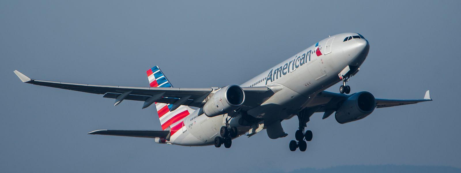 """Ein Passagierflugzeug der Fluggesellschaft American Airlines kurz nach dem Start im Steigflug: für """"nicht notwendige, touristische Reisen"""" in die USA bestehen weiterhin Einreisebeschränkungen."""