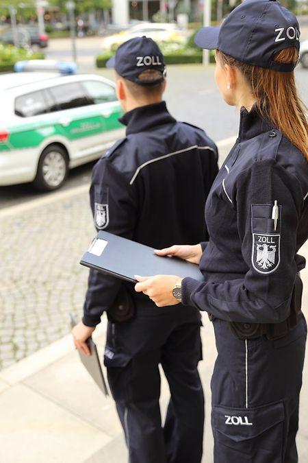Vom 1. Mai an tragen alle saarländischen Zöllner blaue Uniformen. Der Fuhrpark soll schrittweise umgestellt werden.