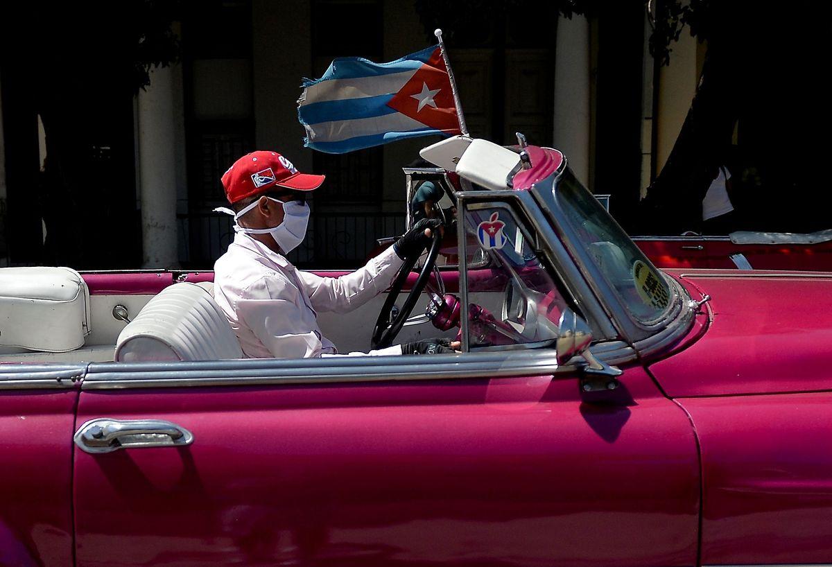 Ein Taxifahrer in Havanna: Derzeit verirren sich nur noch wenige Touristen auf die Karibikinsel. Umso wichtiger ist das Geschäft mit der Gesundheit.