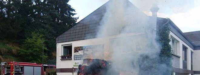 Diekt neben einem Wohnhaus gingen die Ballen in Flammen auf.