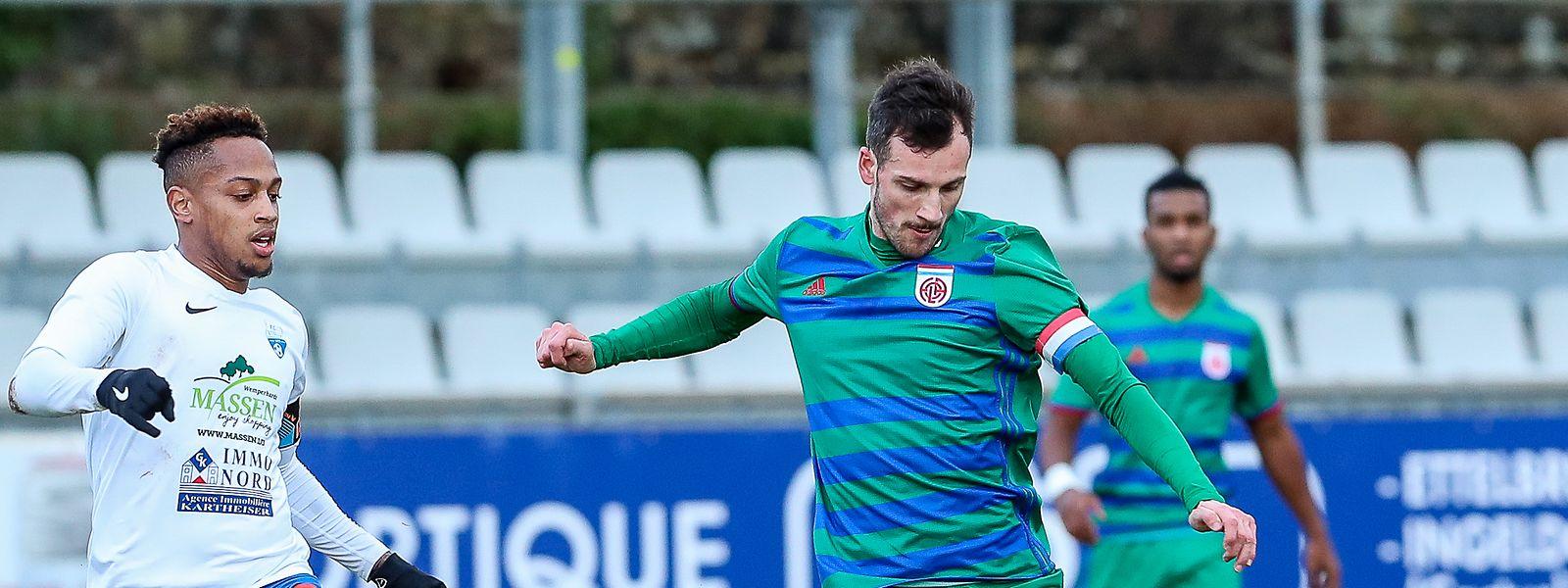 Stefano Bensi, hier gegen Etzellas Jader Soares, verlängert seinen Vertrag mit Fola im Alter von 31 Jahren um fünf weitere Saisons.
