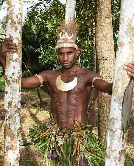 Krokodilmann: Timi, Mitglied des Ambri-Volks, präsentiert stolz seine rituellen Narben, die ihm vor Jahren zugefügt wurden.