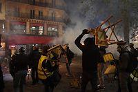 dpatopbilder - 28.11.2020, Frankreich, Paris: Bei einem Protest gegen den Gesetzesentwurf zur �globalen Sicherheit� kommt es zu Zusammenst��en zwischen Demonstranten und der franz�sischen Bereitschaftspolizei. Mehr als Hunderttausend Menschen sind in Frankreich nach mehreren F�llen brutaler Polizeigewalt aus Protest gegen ein umstrittenes Gesetz zum Schutz der Polizei auf die Stra�en gegangen. Foto: Alain Jocard/AFP/dpa +++ dpa-Bildfunk +++
