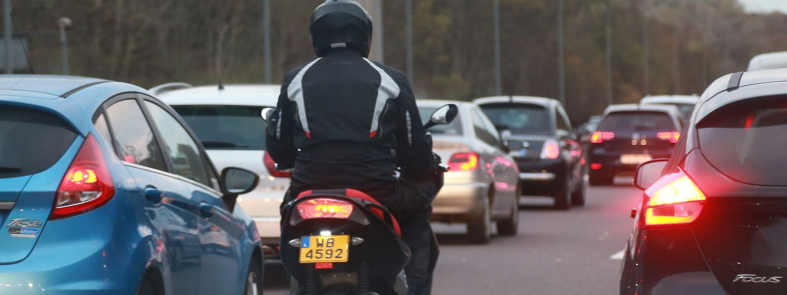 Désolé, mais la remontée de file peut faire l'objet d'une amende de police. Un motard averti en vaut deux, non?