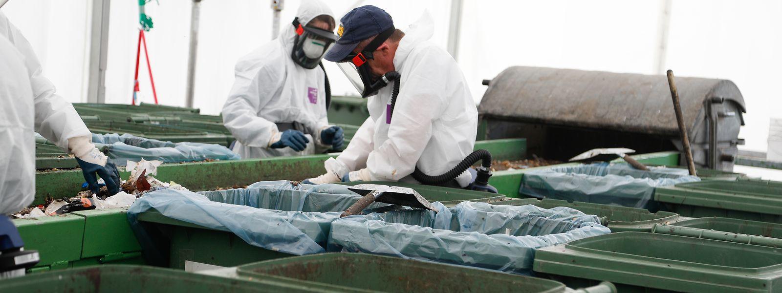 """Im Logistikcenter der """"SuperDrecksKëscht"""" in Colmar-Berg sortieren Mitarbeiter Restmüll. Etwa 5.000 Unternehmen und fast alle Gemeinden lassen ihren Abfall von der SDK entsorgen."""