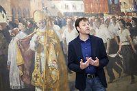 Marc Diederich devant une toile de Lucien Simon, qui représente la procession dansante et obtint le grand prix de l'Exposition Universelle de Paris en 1937.