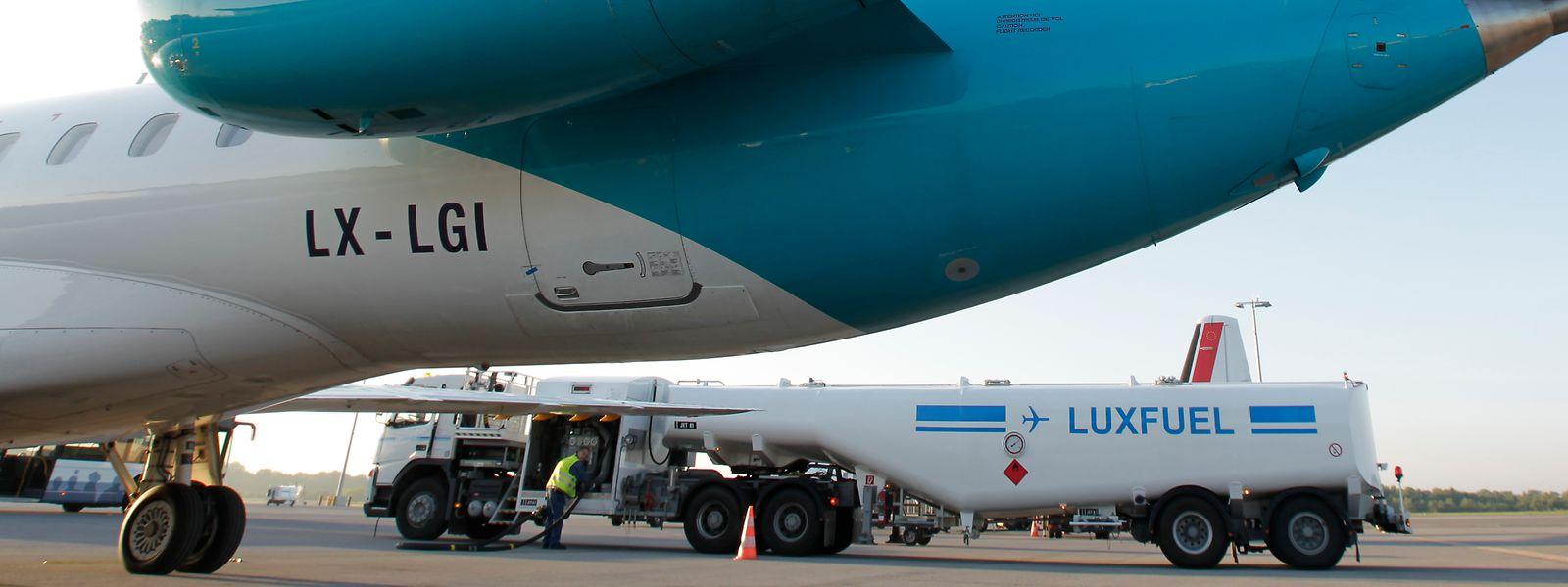 Luxfuel betankt eine Luxair-Maschine mit Kerosin, das durch eine Pipeline zum Findel kommt. Auch synthetische Treibstoffe könnten durch die Pipeline geleitet werden.