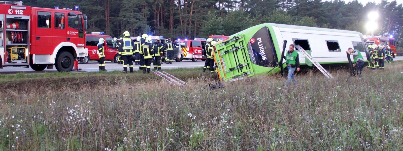 Der Unfall auf der Autobahn A24, etwa 100 Kilometer östlich von Hamburg, ereignete sich am frühen Samstagmorgen.