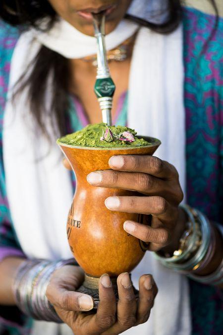 Traditionell wird Mate aus einer Kalabasse getrunken. Der Tee schmeckt auch aus einem normalen Becher.