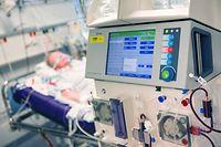 ARCHIV - 09.04.2020, Bayern, München: Ein Patient liegt während seines Aufenthalt im Krankenhaus Großhadern in einem Intensivzimmer an einem Beatmungsgerät und einem Dialysegerät (im Vordergrund). Beatmungsgeräte gelten in der Corona-Krise als essenziell für die Behandlung von Patienten. Gleichzeitig birgt die Therapieform eine Reihe von Nebenwirkungen. Der Entzündungshemmer Dexamethason könnte die Sterberate bei schweren Covid-19-Verläufen senken. Darauf weisen vorläufige Ergebnisse einer klinischen Studie hin, die noch nicht veröffentlicht sind und bisher nicht von anderen Experten begutachtet wurden. (zu dpa «Erste Ergebnisse: Entzündungshemmer hilft bei schwerem Covid-19») Foto: Peter Kneffel/dpa +++ dpa-Bildfunk +++