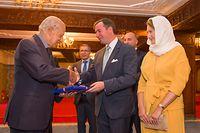 (de g. à dr.) Abdelhak El Merini, conservateur du Mausolée Mohammed V ; Mohamed Ameur, ambassadeur du Maroc à Bruxelles ; S.A.R. le Grand-Duc héritier ; Étienne Schneider, Vice-Premier ministre, ministre de l'Économie ; S.A.R. la Grande-Duchesse héritière