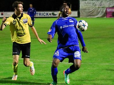 Olivier Mukendi contrôle le ballon devant Cyrille Welter. L'attaquant sera l'une des armes de Canach vendredi.