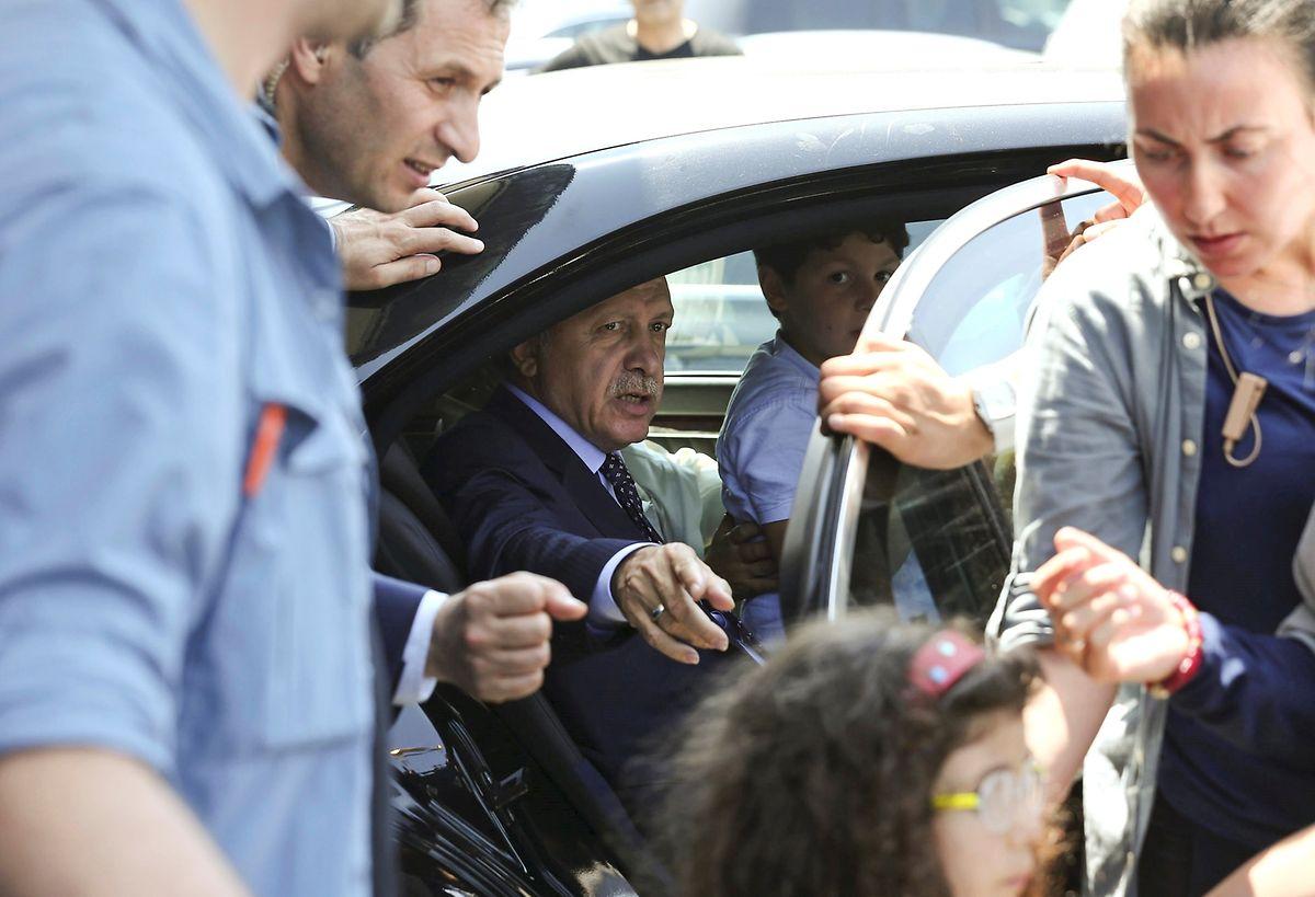 Präsident Tayyip Erdogan gemeinsam mit seiner Familie und Sicherheitskräften am Samstag in der Nähe des Flughafens von Istanbul.