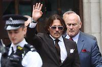 10.07.2020, Großbritannien, London: Johnny Depp (M), Schauspieler aus den USA, winkt beim Verlassen des High Court. Die Verleumdungsklage von Depp gegen den Verlag der Boulevardzeitung «The Sun» wegen eines Artikels, in dem behauptet wurde, er habe seine Ex-Frau körperlich misshandelt, wird fortgesetzt. Foto: Yui Mok/PA Wire/dpa +++ dpa-Bildfunk +++