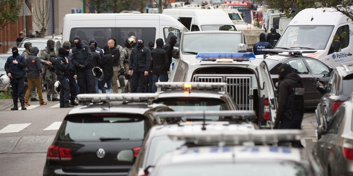 Les forces de police belges ont lancé une vaste opération lundi à Molenbeek, un quartier de Bruxelles.