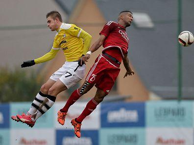 Im Duell mit F91-Stürmer David Turpel: Ronny Souto (rechts) will seine Fußballerkarriere mit einem Titel beenden.