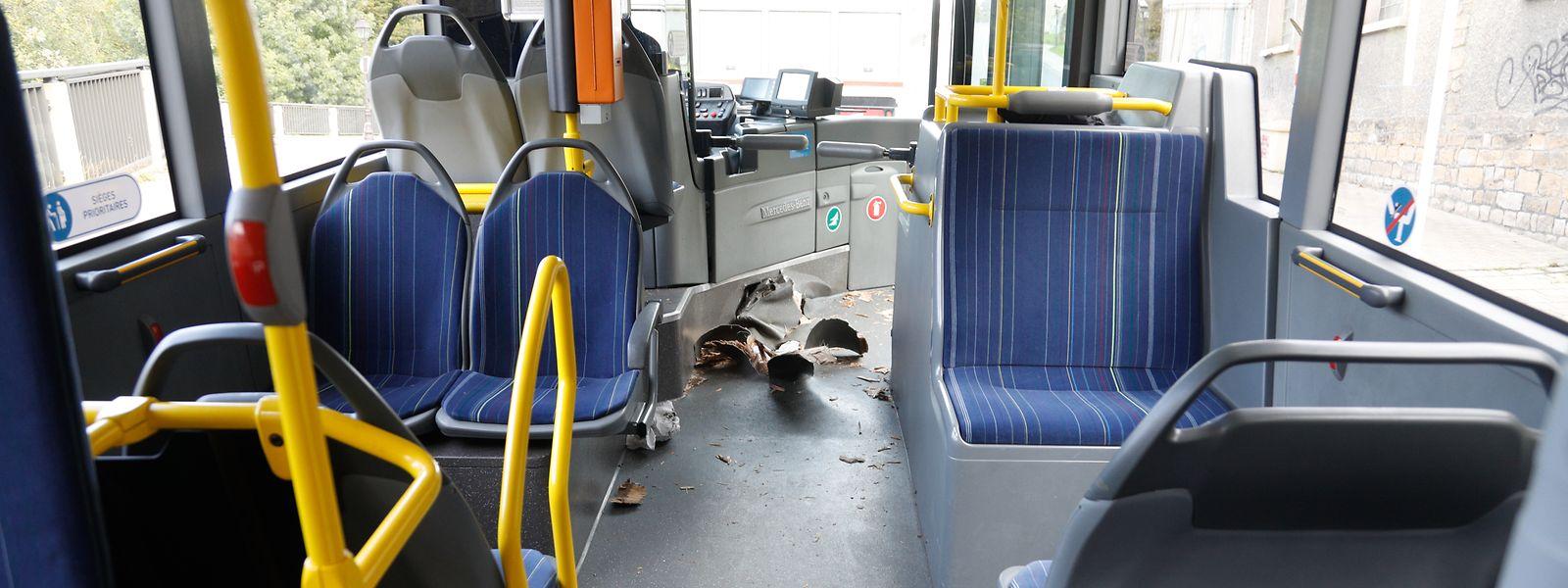Der Poller durchdrang den Boden des Linienbusses.