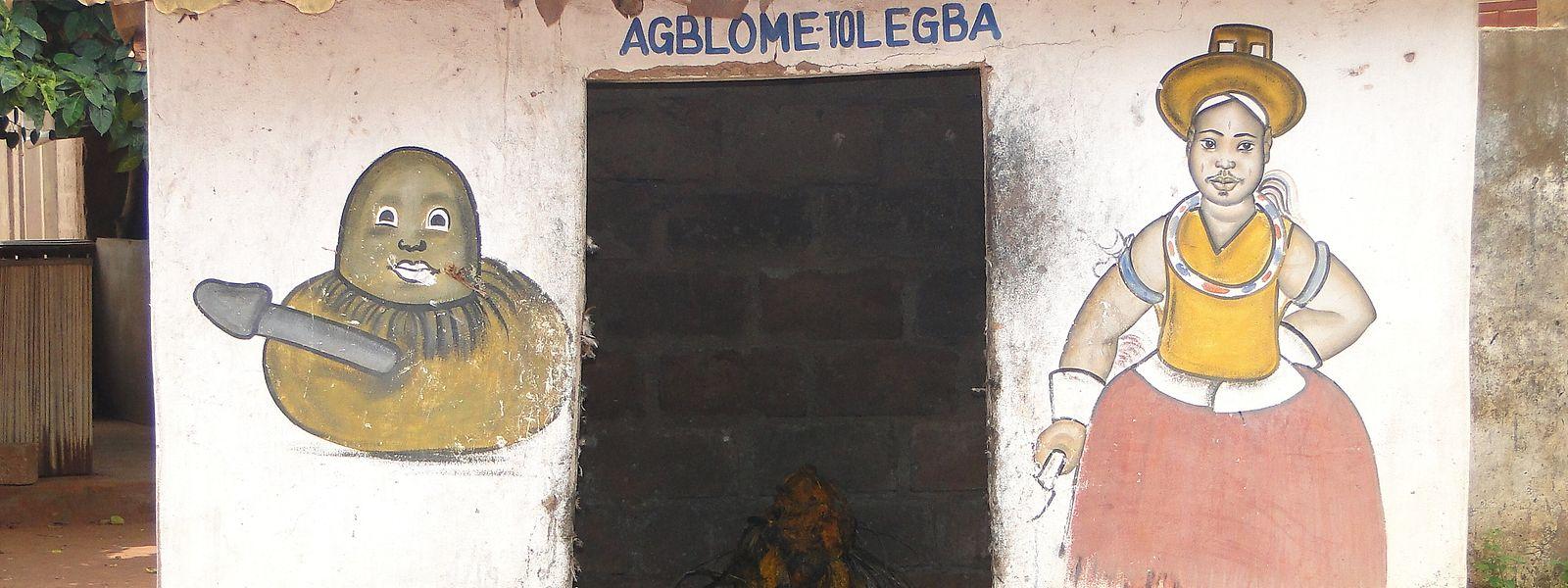 Ein klassischer Voodoo-Schrein in Benin.