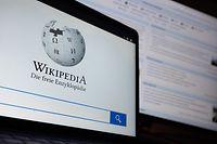 ILLUSTRATION - 11.01.2021, Baden-Württemberg, Stuttgart: Die Startseite mit dem Logo der deutschsprachigen Internet-Enzyklopädie Wikipedia ist auf einem Laptop angezeigt. Im Hintergrund ist die Hauptseite zu sehen. Das Projekt wurde am 15. Januar 2001 gegründet. Foto: Sebastian Gollnow/dpa +++ dpa-Bildfunk +++