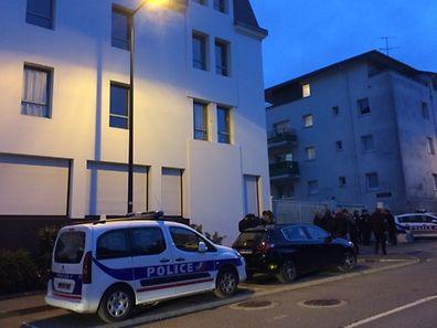 Des voitures de police devant le lycée Saint-Joseph à Concarneau (Bretagne), où sont scolarisés les trois jeunes Français blessés dans l'attaque de Londres.