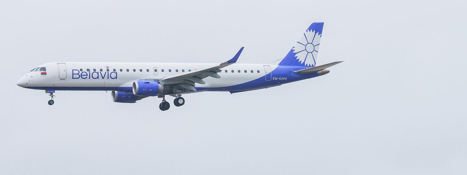 26.05.2021, Frankfurt/Main: Eine Maschine der belarussischen Fluggesellschaft Belavia - Belarusian Airlines setzt zur Landung auf dem Flughafen Frankfurt an.
